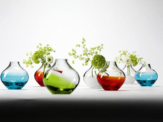 Barevné nálady Vivi, tak se jmenují vázy, které nabízejí různé barevné kombinace. Světle zelená abílá navodí svěží jarní atmosféru, tyrkysová ačervená náladu vrcholného léta, bílá ačervená je klasickým vánočním duem, cena 424Kč (výrobce LSA INTERNATIONAL, dodává Hotový interier).