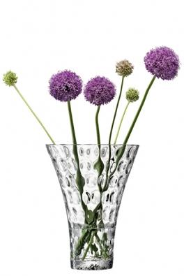 Neobvyklý plastický povrch vázy Odette zajímavě deformuje pohled na stonky uvnitř, cena 1272Kč (výrobce LSA INTERNATIONAL, dodává hotový interier).