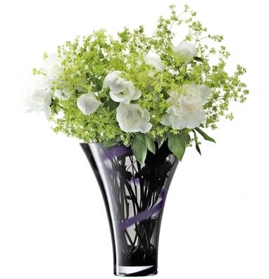 """Vázu Pierrot (foukané sklo) něžně """"omotává"""" fialová skleněná """"páska"""", cena 2 120Kč (výrobce LSA INTERNATIONAL, dodává hotový interier)."""