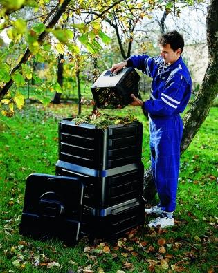 Uzavřený třípatrový kompostér K390 sdvířky vespodní části pro odebírání hotového kompostu (MOUNTFIELD).