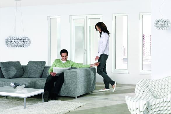 Dobře zvolené okno dokáže interiéru vdechnout styl isprávnou atmosféru, kromě toho však   musí splňovat istále náročnější požadavky na  tepelné azvukověizolační vlastnosti  (REHAU).