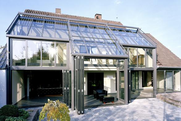 Zimní zahrada může kopírovat atím ivyhřívat prakticky celou stěnu domu (HLADÍK).