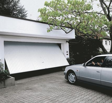 Garážová vrata můžete otevírat azavírat dálkovým ovladačem – kromě toho lze druhým tlačítkem také ovládat osvětlení garáže, které je integrováno přímo dopohonu (SOMFY).