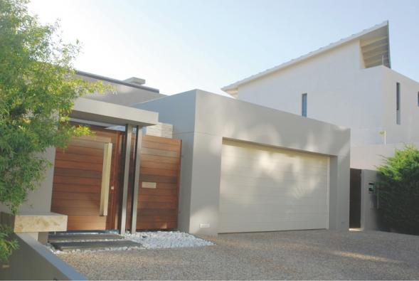 Dnes není problém sladit design garážových vrat se stylem budovy iostatních vstupů (SOMFY).