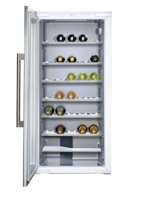Vinotéka HWC 2536DL, kapacita 71 lahví, trojí teplotní zóna, cena od 50044Kč (HOOVER).