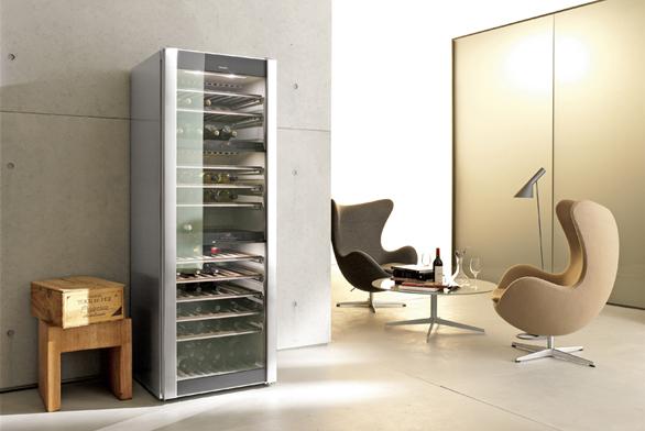 Vinotéka KWT 4974 SG ed, kapacita 143 lahví, trojí teplotní zóna, cena 112990Kč (MIELE).