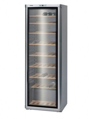 Vinotéka KSW 30V80, kapacita 120 lahví, možnost regulace teploty od 6 do 18 °C, cena 26990Kč (BOSCH).
