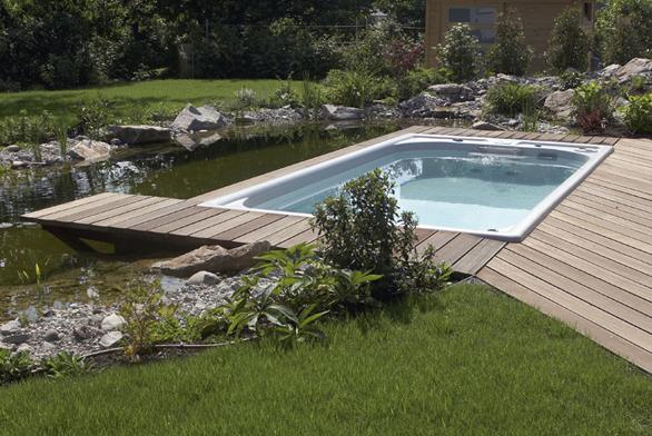 Nazahradě můžete instalaci kombinovat spřírodním jezírkem. Plavecká Swim Spa Classic sprotiproudem aširokou standardní výbavou umožní díky nenáročné údržbě bezstarostné užívání pocelý rok. Kompletní cena při zapuštění doterénu 494450Kč (USSPA).