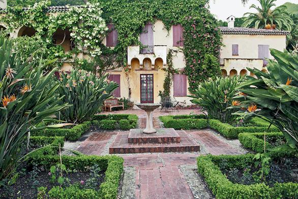 Romantické zahrady mají hlavní osy cest vykládané cihelnou dlažbou nebo kameny, lemy jsou zoblázků, nebo naopak z cihel.