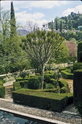 Romantické zahrady mají hlavní osy cest vykládané cihelnou dlažbou nebo kameny.