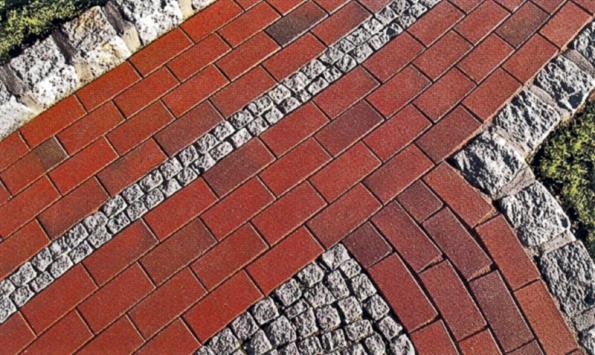 Oblíbená je kombinace cihlové dlažby skamenem – světlá žula pěkně vynikne (Klinker).