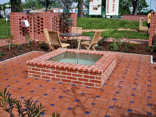 Kcihlové dlažbě se hodí lícovky na stěnách zahradní fontánky (Wienerberger).