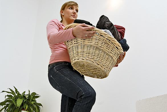 Svypraným prádlem je bohužel stále ještě nutné stoupat po schodech nahoru..