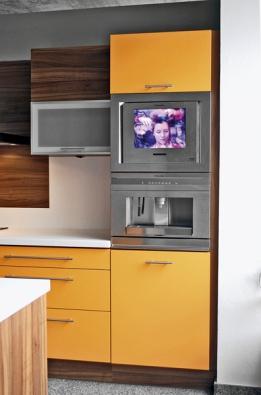 Součástí kuchyňského nábytku může být itelevizor – typ ETV 45000 X pořídíte za 38990Kč, kávovar EBA 60000 X stojí 43990Kč (ELECTROLUX).