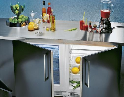 Perfektní dvojice vkuchyňském koutě –  integrovaná chladnička amraznička, jež se dají umístit pod pracovní desku, vám dovolí maximálně využít skladovací prostor ive velmimalé místnosti, zabudovaný dveřní alarm, cena za kus 12490Kč (GORENJE).
