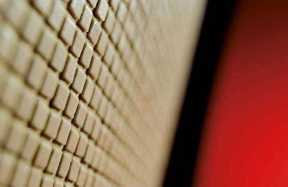 Minimozaika Frammenti je se svými 5mm kostičkami světově proslulá. Prodává se vplátech 300 x 300mm amůžete ji nalepit prakticky na jakýkoliv tvar (FORTEL DESIGN).