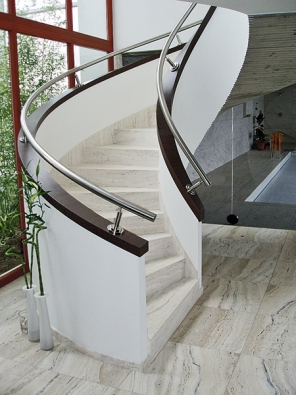 Zase ten funkcionalismus. Tentokrát zXXI. století azpera prof.Ivana Rullera. Krásnou architekturu pomohly vytvořit také kvalitně provedená řemeslná práce dodavatelů acit pro detaily architektů izákazníka. Samonosná spirála železobetonového schodiště má po bocích 700mm vysoké moniérky jako zábradlí, ohraničené dřevěným lemem. Spirálu zábradlí kopíruje nerezové madlo. Stupně jsou obloženy podobně jako ve vile Tugendhat pískovcem.