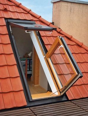 Dvoudílné střešní prosklení umožňuje větrání výklopným střešním oknem ipohodlný výstup na terasu (Solara).