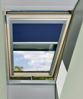 Kyvné střešní okno sdvojí ochranou proti slunci: vnitřní roletou avenkovní lamelovou roletou (Fakro).