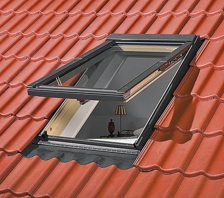 Ideálním řešením pro komunikaci sokolím je výklopné střešní okno zabudované ve správné výšce střechy (Fakro).