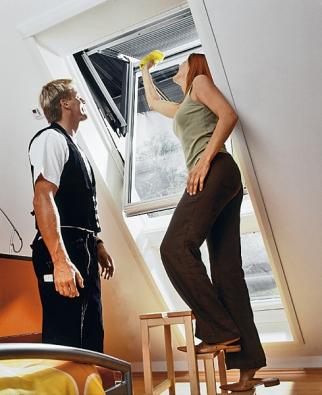 """Křídlo střešního okna přetočené o250°, nastavené do """"mycí"""" polohy azajištěné pojistkou proti přetočení (Roto)."""