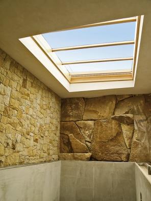 Posuvné střešní prosklení nad domácím bazénem zajistí přirozené denní světlo a možnost přímého kontaktu spřírodou vjakoukoli roční dobu (Solara).