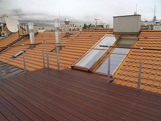 Posuvné střešní dveře sloužící jako výstup na střešní terasu dodávají bytu neopakova-telnou exkluzivitu (Solara).