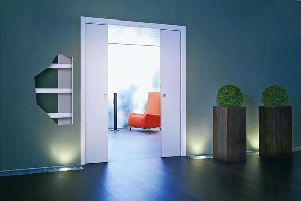 Standardní model dvoukřídlých posuvných dveří zabudovaných  do sádrokartonové příčky (ECLISSE, záruka 12 let).