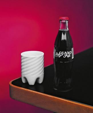 Good water, porcelánový hrnek, který vznikl z inspirace fastfoodovou kulturou. Přibližná cena je 549 Kč  (Maxim Velčovský, Qubus studio).