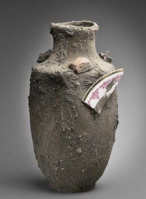 Catastrophe, oblíbená autorova váza, evokuje archeologické vykopávky a dávnou minulost.