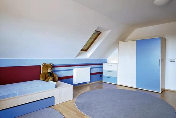 Foto realizace zMDF desek. Postel se prodloužila a zvětšila opraktickou odkládací plochu. Modrý lak příjemně ladí sdezénem světlého dřeva.