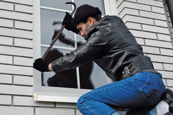 Bezpečnost vašeho domu závisí na celém systému vzájemně se doplňujících prvků, od mříží přes venkovní rolety abezpečnostní fólie až po automaticky ovládané vnitřní žaluzie arůzné druhy alarmů.