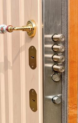 Bezpečnostní dveře musí splňovat přísná kritéria – např. dostatečný počet zamykacích bodů (COMIND BOHEMIA).