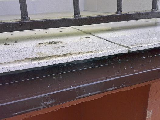 Pohled na důležité detaily balkonu panelového domu po provedené rekonstrukci.