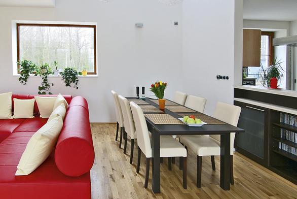Kuchyňský prostor sousedí sjídelním koutem, jenž volně přechází vobývací část místnosti.
