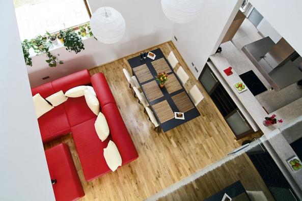Multifunkční prostor vpřízemí je otevřený také směrem vzhůru do prvního patra domu.