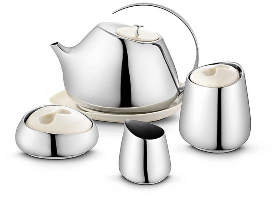 """Kuchyňskému interiéru budou """"slušet"""" především nerezové doplňky: designová čajová souprava  zprodukce GEORG JENSEN."""