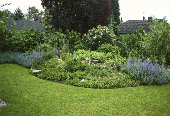 Okraje záhonu modelujte v přirozených měkkých liniích, usnadníte si sekání trávníku.
