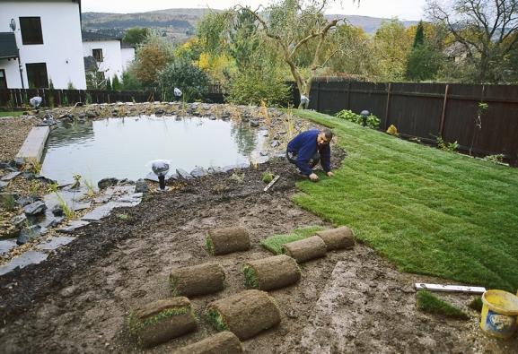Založení trávníku položením travních koberců má rychlý efekt aumožní zahradu plnohodnotně užívat hned po založení.