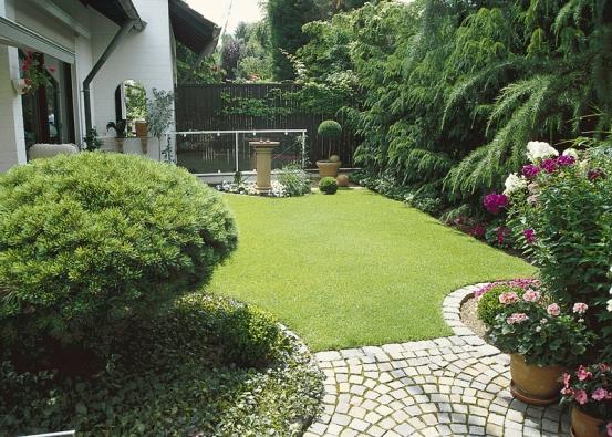 Malé zahradě sluší jasně definovaný tvar trávníku.