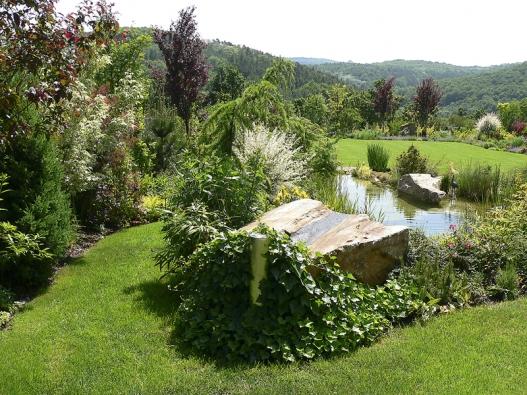 Výsledek se dostaví, pokud je při zakládání trávníku zemina dobře zpracovaná adokonale zarovnaná.