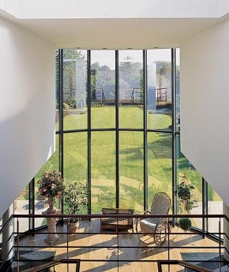 Firma REYNAERS se specializuje na zimní zahrady z hliníkových profilů. Na zasklení stěn by mělo být použito minimálně izolační dvojsklo.