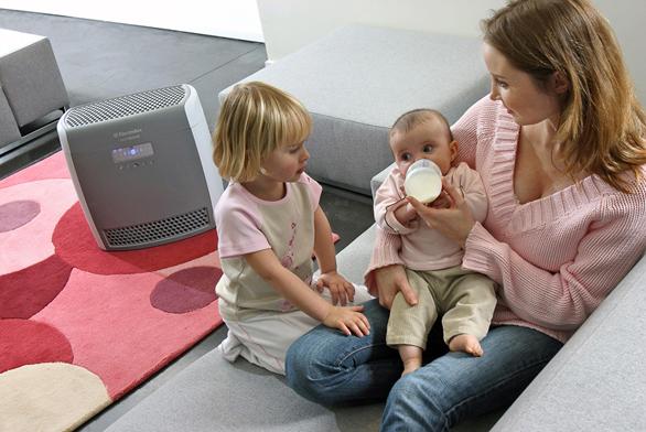 Čistička vzduchu Oxy3silence Air Cleaner Z8020 má certifikát britské ašvédské Nadace pro alergii, jednoduše omyvatelný plastový filtr, monitor kvality vzduchu sleduje úroveň znečištění, automatická regulace stupně filtrace, automatické nastavení výkonu, monitoruje hluk vmístnosti anastaví výkon tak, aby byla čistička neslyšitelná, integrovaný časovač umožňuje nastavit program na 15minutový, 2 nebo 9hodinový výkon, dětská pojistka, dálkové ovládání, cena 8990Kč (AEG – ELECTROLUX).
