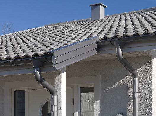 Střechu netvoří jen střešní krytina, ale také celá řada doplňků a systémů (LINDAB).