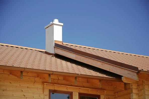 Krytiny z moderních střešních taškových tabulí se hodí i na dřevostavby (LINDAB).