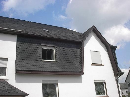 Štípanou břidlici můžeme čím dál častěji vidět i na střechách rodinných domů (GLYNWED).