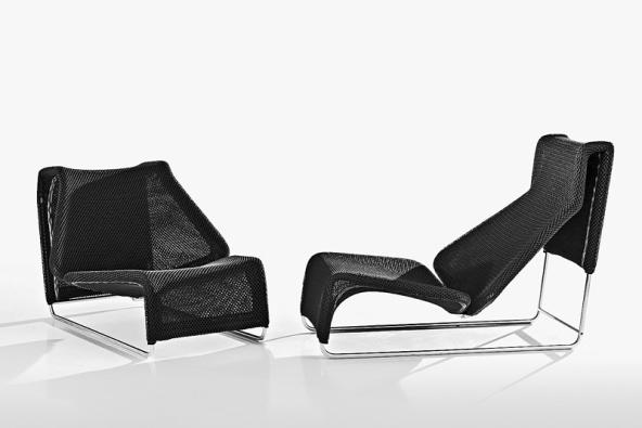 Křeslo  Lazy (Patricia Urquiola) vzniklo před 7 lety, aby se konečně stalo nábytkem určeným na ven. Chaise longue má konstrukci znerezové oceli, potažené je bílou nebo černou polyesterovou tkaninou, která působí lehce avzdušně (B & B ITALIA, Itálie,  prodává KONSEPTI).