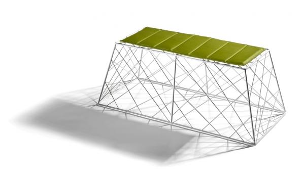 Stohovatelná lavice P-FLY zkolekce Target (design Mauro Fadel) je vyrobená zlakované oceli. Vnabídce bílá, zelená, černá nebo žlutá. Aby přežila bez újmy na kráse venku, polštář je ze speciálního materiálu, který odolá vlhkosti adalším vrtochům počasí (DIMENSIONE DISEGNO, Itálie).