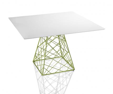 Kolekce Target obsahuje také stůl T-FLY (deska 120 x 120cm nebo 70 x 70cm, nebo kruhová oprůměru 120 cm). Základna je zlakované oceli, desku tvoří bílý Nicron® tloušťky 10mm nebo lakovaný hliníkový sendvič osíle 11mm (DIMENSIONE DISEGNO, Itálie).