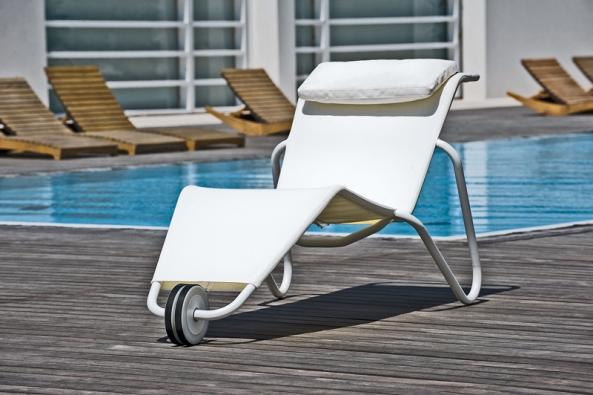 Chaise longue Carioca (design Lucidi e Pevere) má lakovanou hliníkovou konstrukci vzeleném, šedém nebo bílém provedení. Syntetická tkanina apolštářky se vyrábějí navíc včervené ačerné barvě. Snadný přesun stohovatelného lehátka umožňuje kolečko (DIMENSIONE DISEGNO, Itálie).